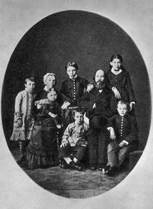 Владимир Ульянов (Ленин) в гимназические годы в кругу своей семьи