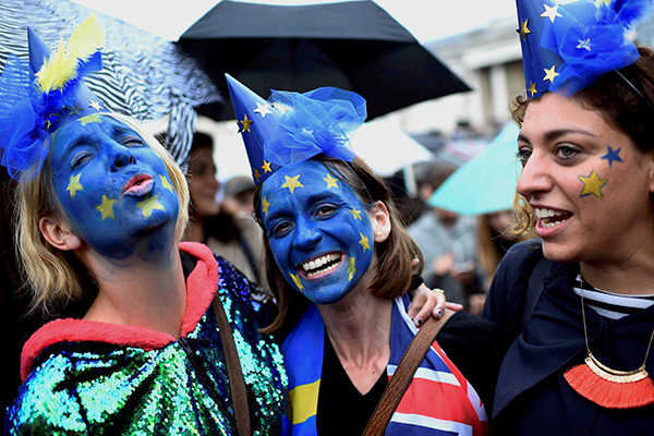Demonstrators take part in a protest aimed at showing London's solidarity with the European Union following the recent EU referendum, inTrafalgar Square, central London, Britain June 28, 2016. REUTERS/Dylan Martinez TPX IMAGES OF THE DAY
