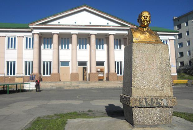 Поселок Ягодное. Золотой бюст Ленина у стен дома с колоннами