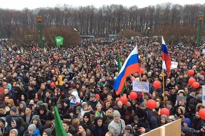 Участники митинга против коррупции в Петербурге бросили дымовую шашку