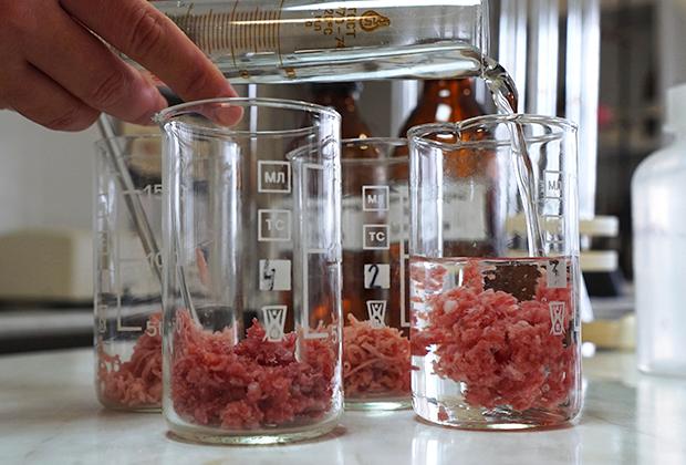 В лаборатории предприятия во время производства мясных деликатесов