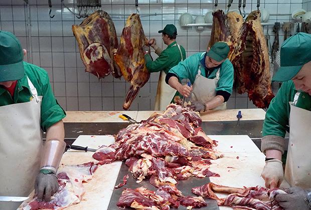 Работники в цехе разделки туш на колбасном заводе