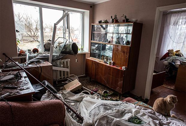 Остатки ракеты, попавшей в окно жилого дома в результате пожара на складах боеприпасов в Харьковской области