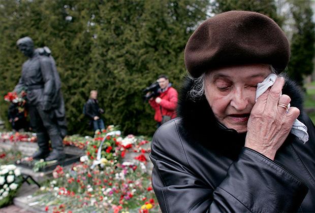 В мае 2007-го монумент «Бронзовый солдат» установили на военном кладбище Таллина