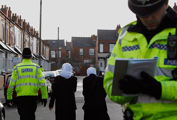 Полицейские провожают мусульманок домой после обысков во время рейдов