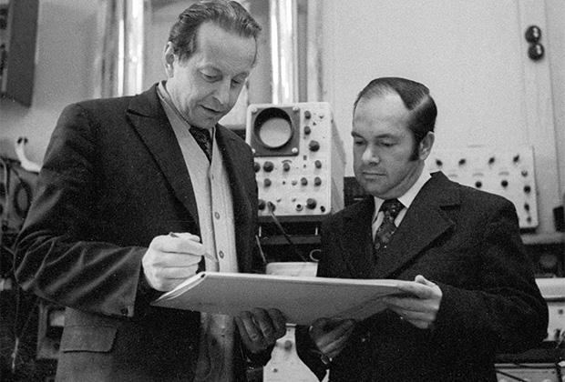 Алексей Абрикосов (справа) и профессор Николай Брандт