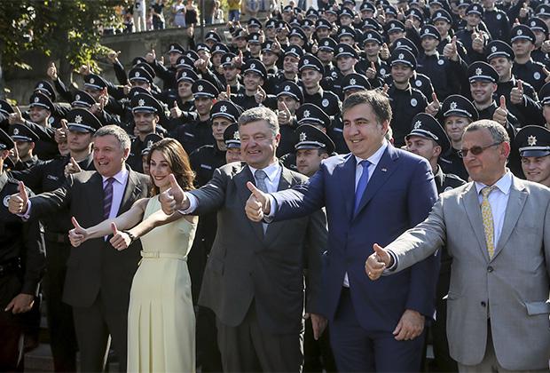 Бывший глава Одесской области Михаил Саакашвили (второй справа), президент Украины Петр Порошенко (в центре) и бывший первый замминистра внутренних дел Эка Згуладзе на церемонии присяги патрульной полиции