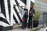 Румынский фешен-блогер Андреа Криштеа надела мешковатый наряд от Amanda Wakeley, а ее подруга, французский стилист и байер Эстель Пиго, выбрала демократичный комплект — спортивные брюки Adidas и куртку Bershka.