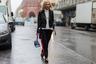 Редактор моды датского Elle Жозефин Аркрог в дизайнерских спортивных брюках Hofmann Copenhagen, байкерской куртке и туфлях-лодочках.