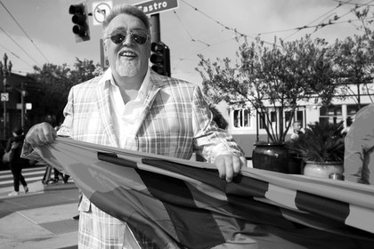 Скончался создатель радужного ЛГБТ-флага Гилберт Бейкер