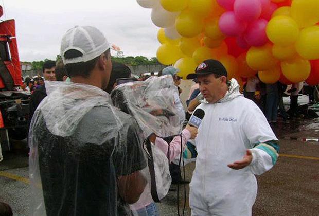 Бразильский священник Аделир Антонио де Карли перед полетом на шариках