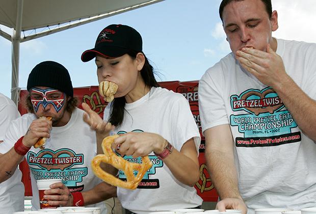 Чемпионы соревнований по скоростному приему пищи