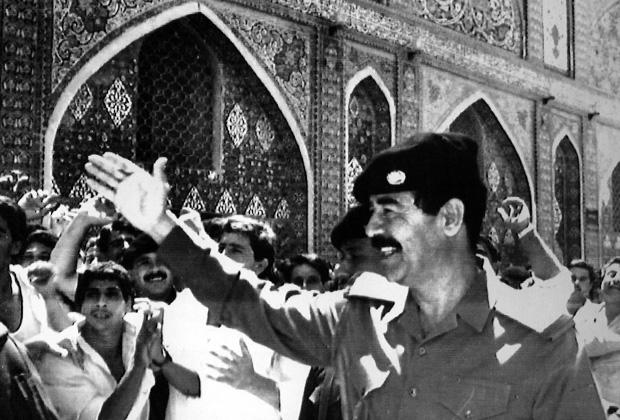 Саддам приветствует ликующую толпу, 1988 год