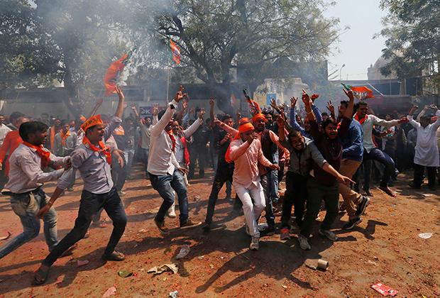 Сторонники БДП празднуют победу в Уттар-Прадеше