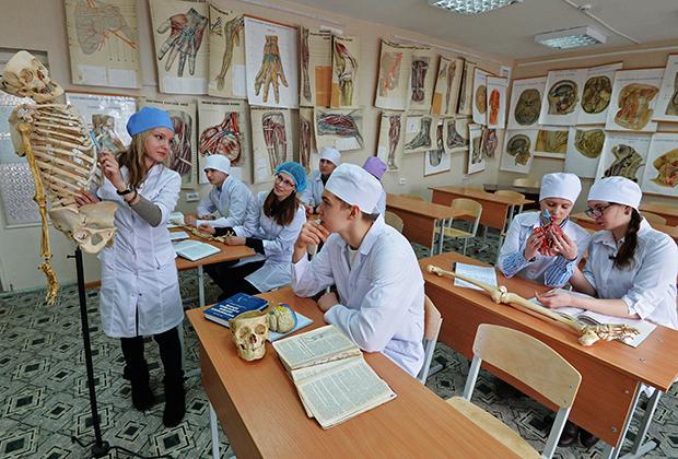 Студенты-медики на занятии