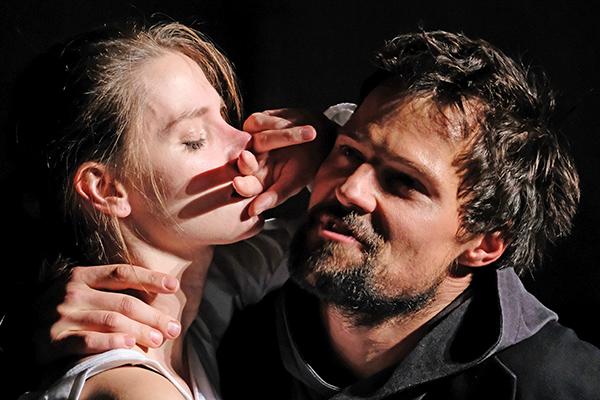 Елизавета Боярская и Данила Козловский в сцене из спектакля «Гамлет»