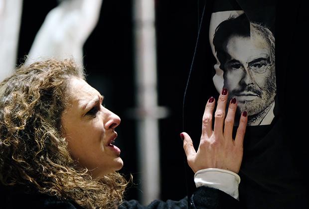 Ксения Раппопорт в роли Гертруды в сцене из спектакля «Гамлет»