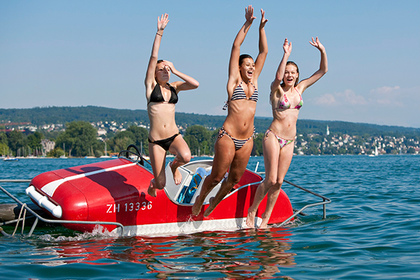 Three tourist girls cool off by jumping in the Lake Zurich, in Zurich, June 27, 2010 as the country and most of central Europe enjoyed heatwave-type temperatures. EPA/ALESSANDRO DELLA BELLA
