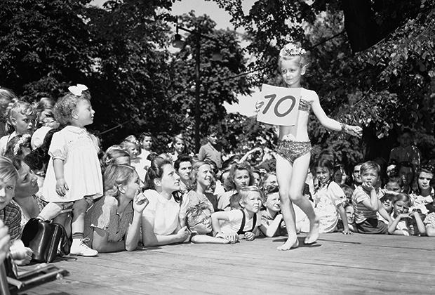 Юная конкурсантка на шоу в июне 1949 года в Германии