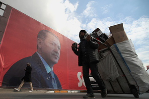 epa05900747 A woman walks in front of a giant picture of Turkish President Recep Tayyip Erdogan, in Istanbul, Turkey, 10 April 2017. A referendum on the constitutional reform in Turkey will be held on 16 April. The reform, passed by Turkish parliament on 21 January, would change the country's parliamentarian system of governance into a presidential one, which the opposition denounced as giving more power to Turkish president Recep Tayyip Erdogan. EPA/SEDAT SUNA Scene