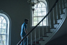 После англоязычного «Лобстера», гомерически смешной и горькой сатиры на всех нас, взрослых людей, грек Йоргос Лантимос стал оскаровским номинантом и обрел мировую славу. Надо ли говорить, что премьера фильма и его первый приз два года назад случились в каннском конкурсе? Именно Канны в свое время и открыли Лантимоса (а заодно всю «новую греческую волну»): в 2009-м его едкий «Клык», радикально и хитро деконструировавший самые базовые бытийные связи между людьми, выиграл главный приз в  секции«Особый взгляд». <br><br> Сейчас Лантимос вновь едет в Канны — конечно, в конкурс — со своим вторым англоязычным фильмом,  более того, вторым подряд с Колином Фарреллом в главной роли. В этот раз актер сыграл тюфяка-хирурга, который себе на беду взял шефство над проблемным, скрывающим дурные намерения подростком.