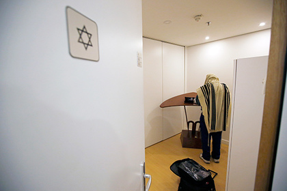 A Jewish man prays in the synagogue at the Roissy Airport meditation area inside the Charle de Gaulle second terminal in Roissy-en-France, near Paris, France, January 11, 2016. Picture taken Januay 11, 2016. REUTERS/Philippe Wojazer