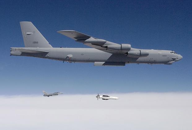 B-52 сбрасывает макет MOP