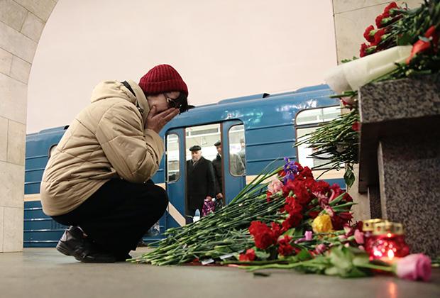 Женщина на станции метро «Технологический институт» в Санкт-Петербурге на следующий день после теракта