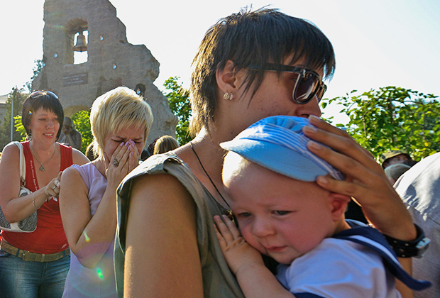 Жители Крымска во время открытия памятника горожанам, погибшим в результате наводнения