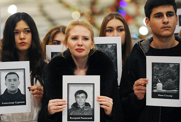 Участники траурной акции, посвященной памяти погибших при крушении Ту-154 в Сочи