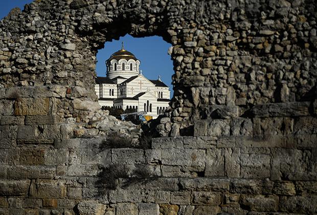 Дорога к храму идет через пролом в древней стене
