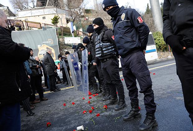 Цветы у стамбульского клуба Reina, где в новогоднюю ночь произошел теракт. 1 января 2017 года