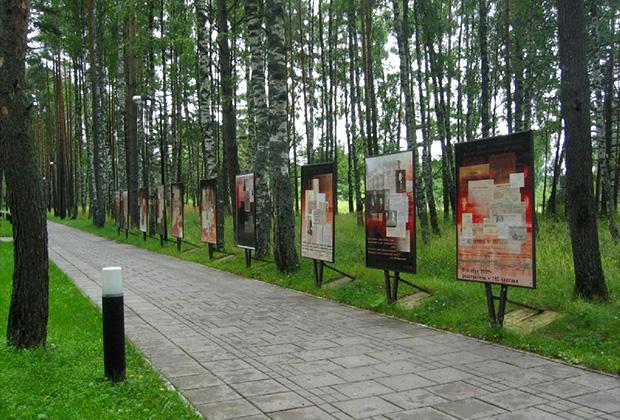 Информационные стенды со сведениями о красноармейцах, погибших в польском плену