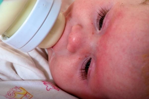 Четырехмесячный ребенок умер от отравления водкой в Иркутской области