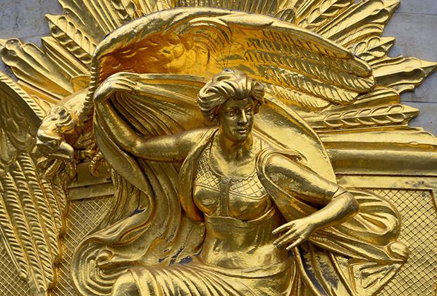 «Золотые» фигуры на здании банка