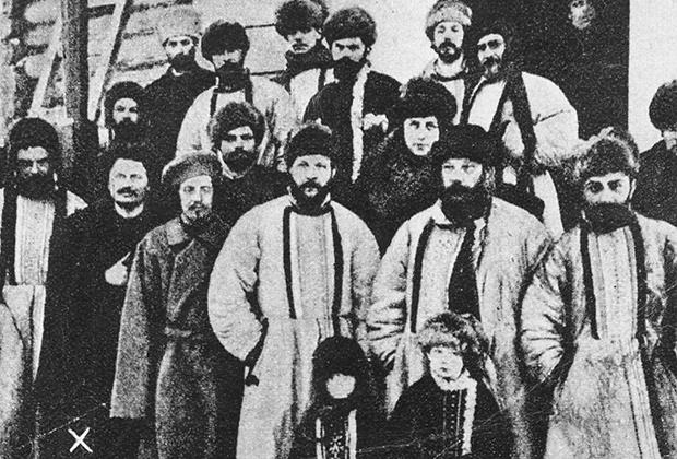 Члены Рабочего Совета Санкт-Петербурга, которых отправили в ссылку после революции 1905 года. Лев Троцкий помечен крестиком