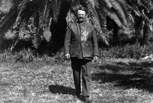 Наркомвоен Лев Троцкий прогуливается в тропическом саду Сухум-Кале (Сухуми)