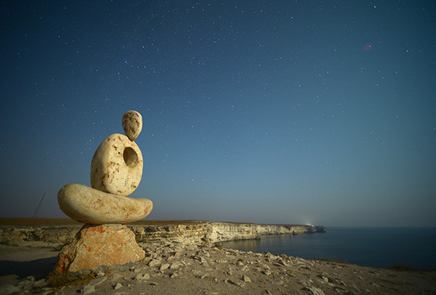 Скульптура «Мыслитель. Сердце Тарханкута» у мыса Тарханкут