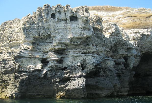 Близко к краю подходить не рекомендуется: известковые скалы, испытывающие постоянное воздействие ветра, могут обвалиться под ногами