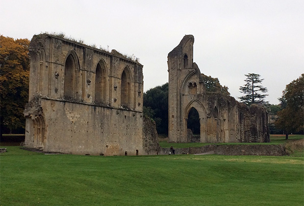 О былом могуществе Гластонбери сегодня напоминают лишь величественные руины