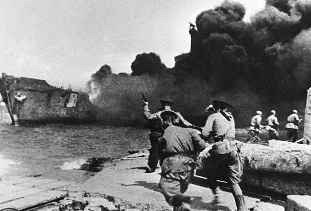 Советские морские пехотинцы на Приморском бульваре Севастополя