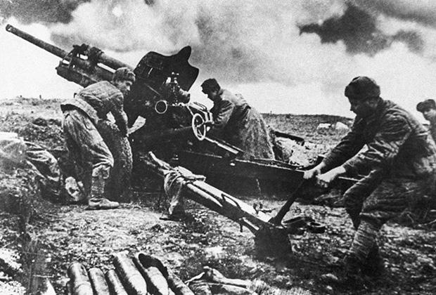 Советские артиллеристы ведут огонь по врагу в боях за город Керчь