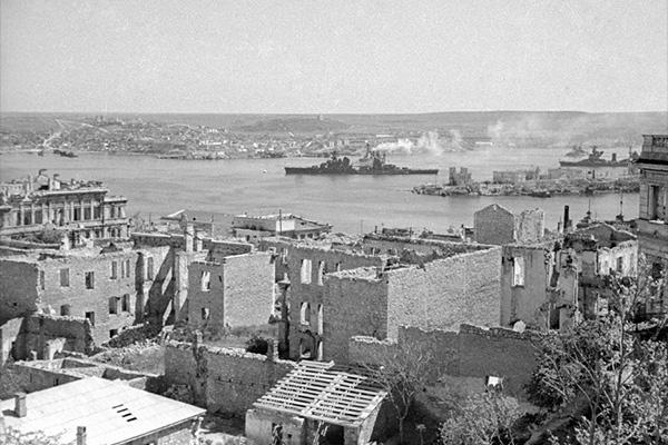В ходе штурмов немецких войск и освободительных боев Севастополь был разрушен. Вид на дома в районе Северной бухты и Павловского мыса.