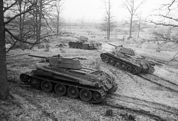 Танки Т-34 выходят на боевой рубеж.
