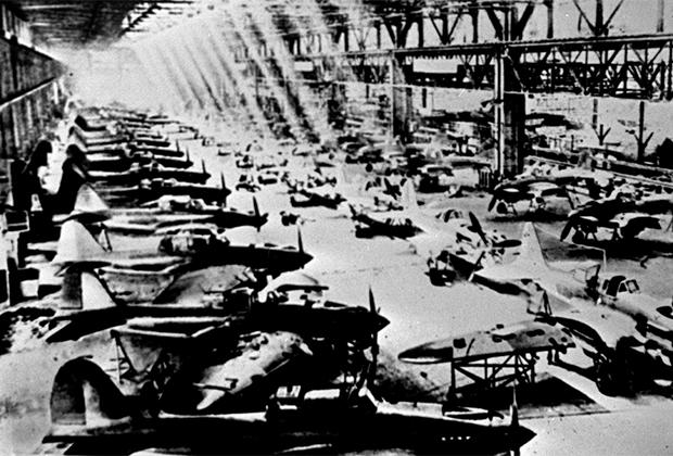 Производство самолетов «Ил-2» на одном из авиационных заводов, 1942 год.