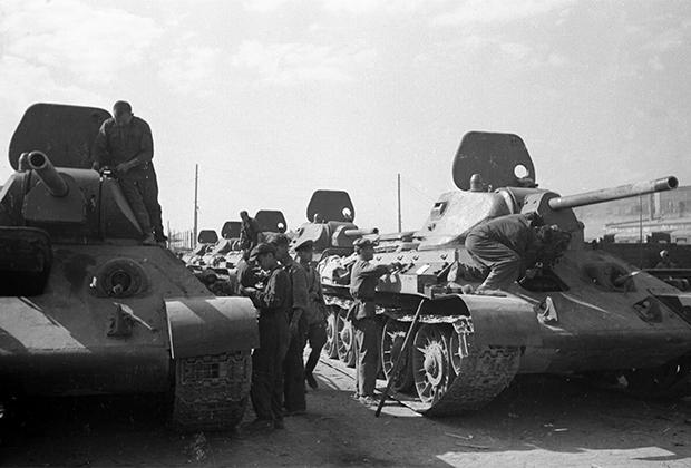 Танкисты получают новую партию танков Т-34 для отправки на фронт, август 1942 года.