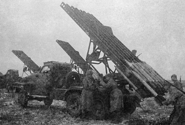 Красноармейцы заряжают установки БМ-13, сентябрь 1943 года.