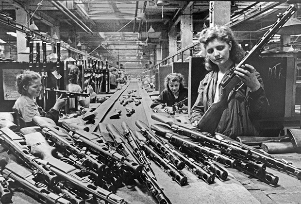 Конвейерная сборка автоматов, апрель 1943 года.