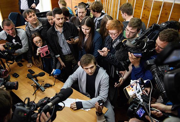 Руслан Соколовский подписывает документы об обязательствах поведения на условной свободе