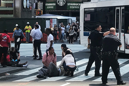 DATE IMPORTED:May 18, 2017First responders are at the scene as people help injured pedestrians after a vehicle struck pedestrians on a sidewalk in Times Square in New York, U.S., May 18, 2017. REUTERS/Jeremy Schultz